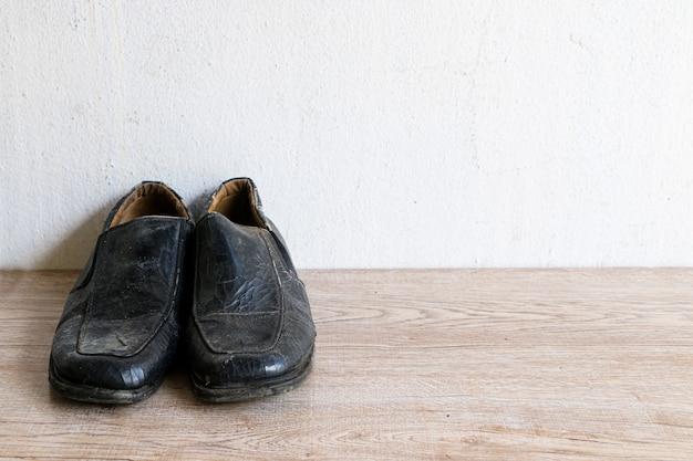 Oude vintage lederen schoen gezet op houten