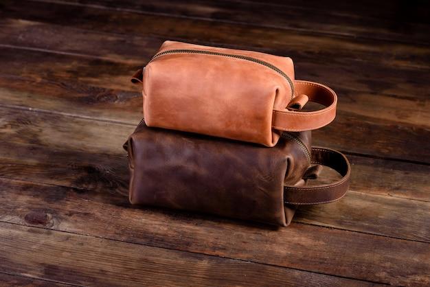 Oude vintage leren tas met leren riem.