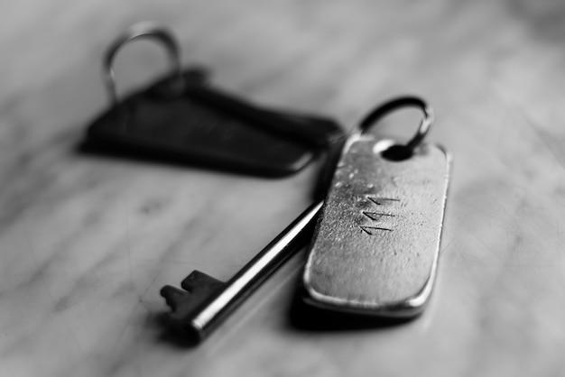 Oude vintage metalen sleutel, zwart en wit