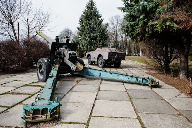 Oude vintage militaire houwitser op stadsvoetstuk.