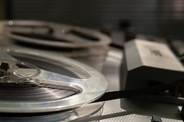 Oude vintage reel-to-reel speler. bandrecorder met spoelen. spoel bandrecorder.
