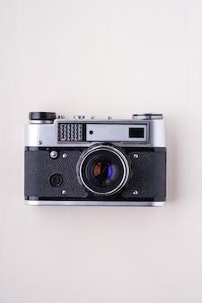 Oude vintage retro fotofilm meetzoekercamera, bovenaanzicht op witte muur