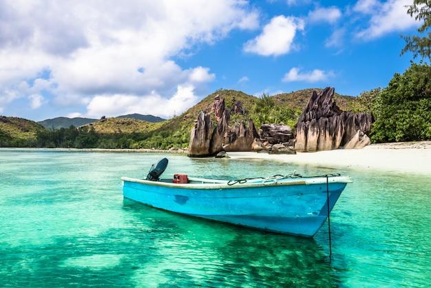 Oude vissersboot op tropisch strand