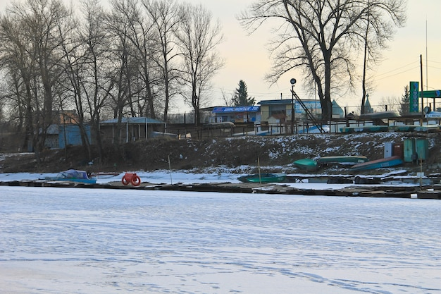 Oude vissersboten in de haven op de bevroren rivier de dnjepr
