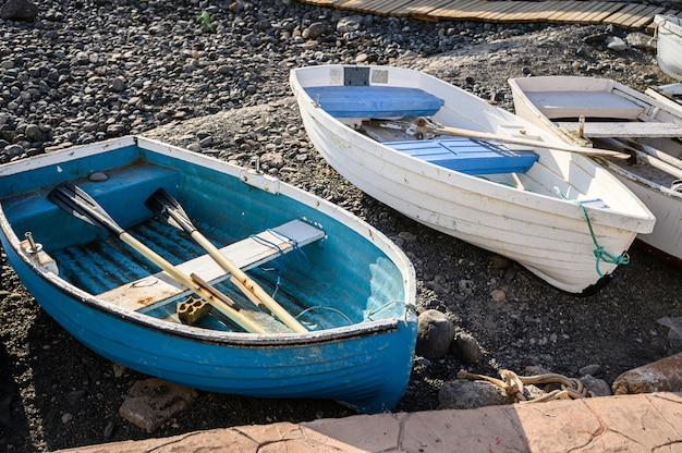Oude vissersboten in de haven van la caletta. tenerife, canarische eilanden, spanje