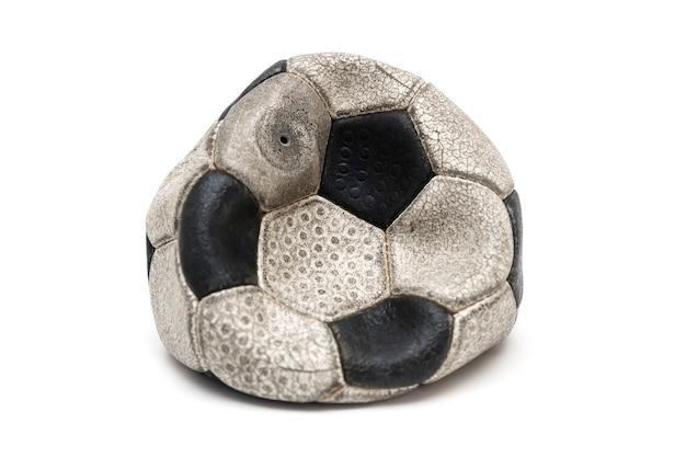 Oude voetbalbal die op wit wordt geïsoleerd