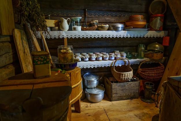 Oude voorraadkast met materialen, etenswaren en containers van lang geleden.