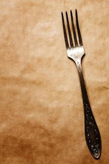Oude vork op ambachtdocument achtergrond