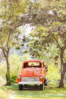Oude vracht vrachtwagen op de boerderij