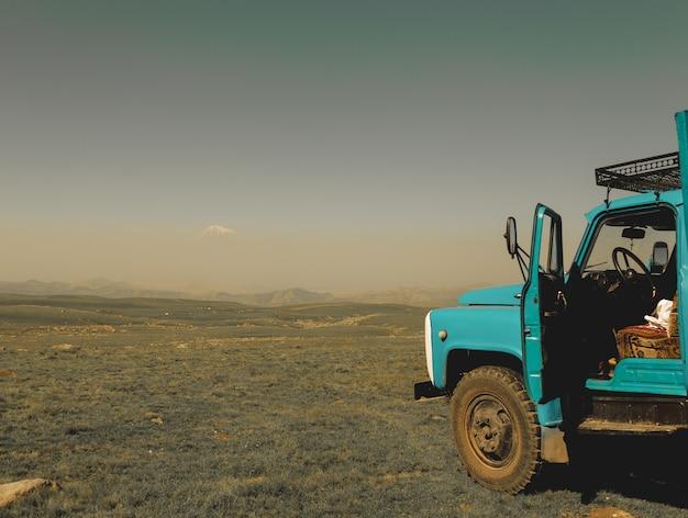 Oude vrachtwagen in een veld