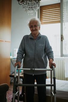 Oude vrouw alleen in haar kamer. 95 jaar oude grootmoeder denkt aan haar leven en herinneringen