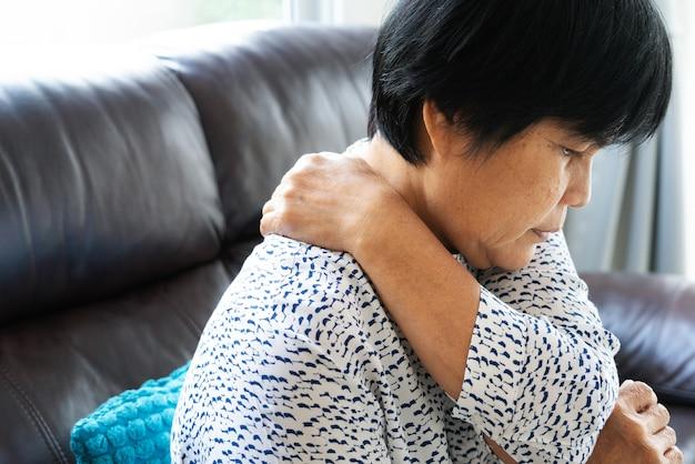 Oude vrouw die aan halspijn, close-up, het concept van het gezondheidsprobleem lijden