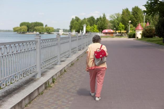 Oude vrouw die alleen reist in de zomer
