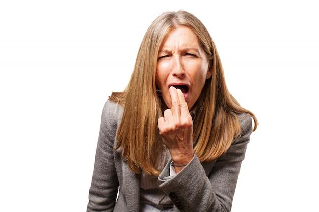 Oude vrouw die haar vingers in haar mond