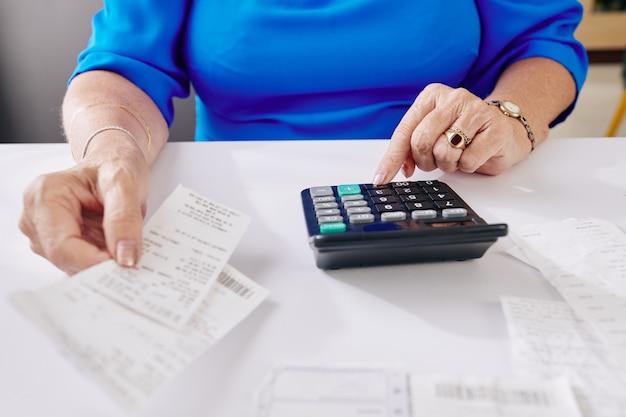 Oude vrouw die rekeningen betaalt