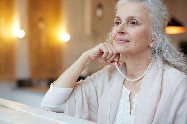 Oude vrouw elegantie
