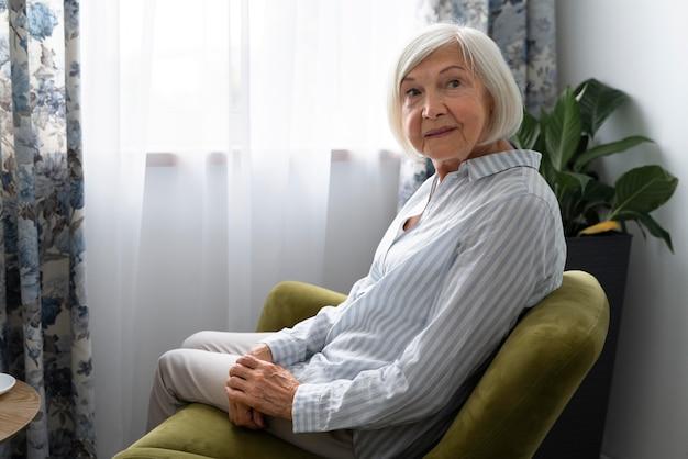 Oude vrouw geconfronteerd met de ziekte van alzheimer