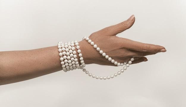 Oude vrouw hand met sieraden