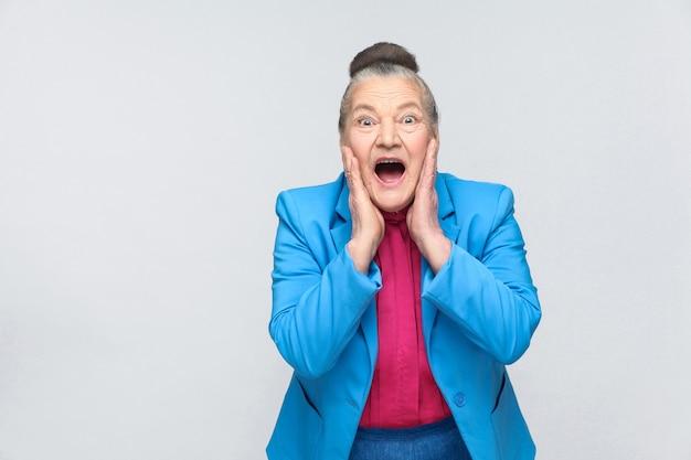 Oude vrouw heeft een geschokt gezicht