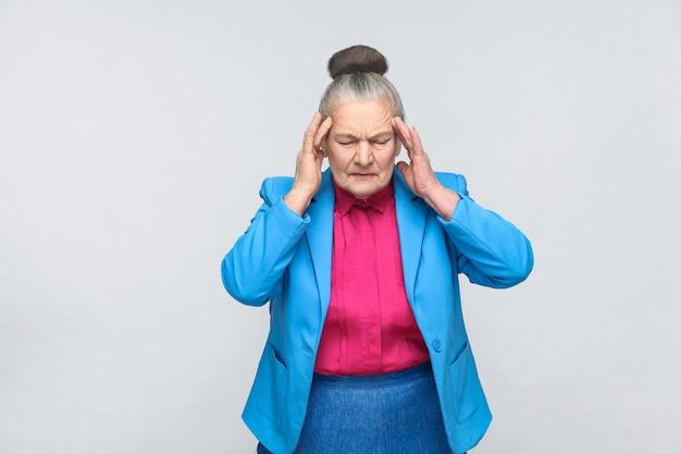 Oude vrouw heeft migraine en hoofdpijn pijn