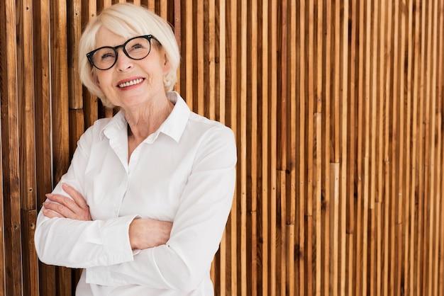 Oude vrouw met bril