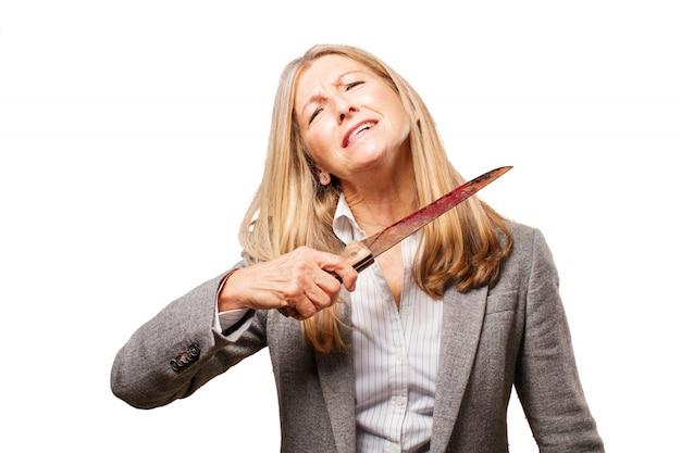 Oude vrouw met een mes op haar hals