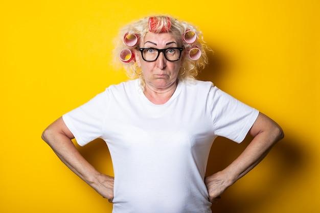 Oude vrouw met krulspelden in haar haar