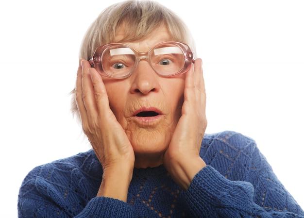 Oude vrouw met verbaasde uitdrukking