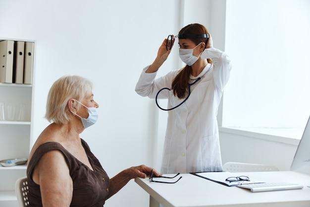 Oude vrouw patiënt bij de dokter gezondheidsdiagnostiek