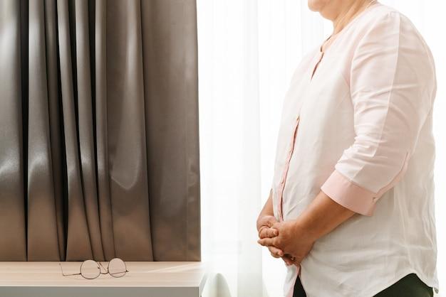 Oude vrouw, zwaarlijvigheid, vet, gezondheidszorg en medisch concept