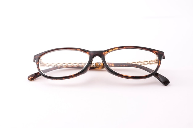 Oude vrouwelijke bril geïsoleerd op witte achtergrond