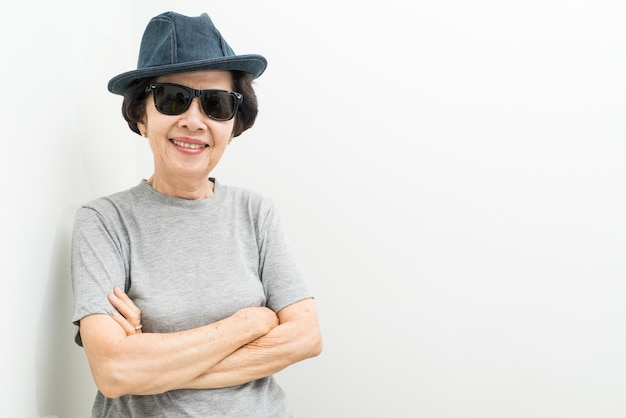 Oude vrouwen dragen hoed en zonnebril met tekstruimte