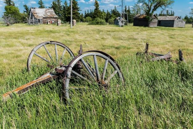 Oude wagenwielen in een verlaten werf