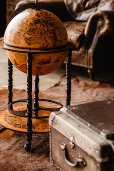 Oude wereldbol en borst