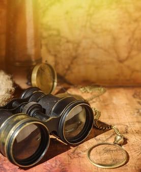 Oude wereldkaart met verschillende accessoires.