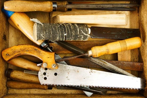 Oude werkende hulpmiddelen. werkgereedschap in een oude doos