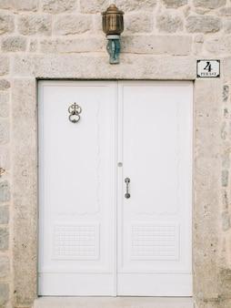Oude witte deuren. hout textuur. oude armoedige, bestraalde verf