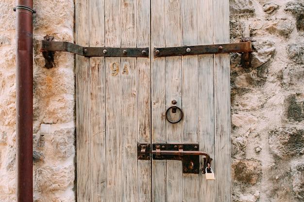 Oude witte deuren houtstructuur oude armoedige verf