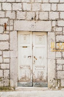 Oude witte deuren houtstructuur