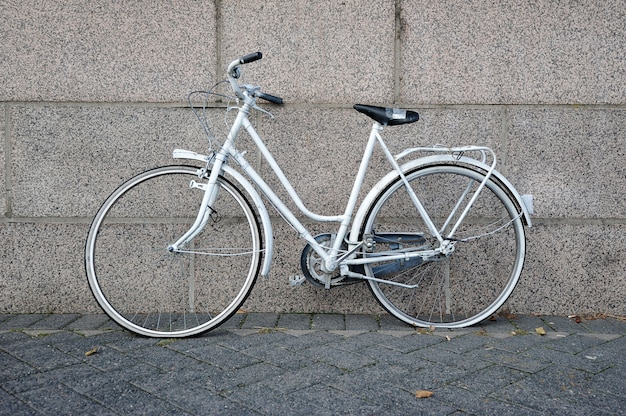 Oude witte fiets