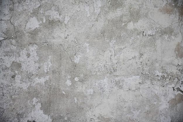 Oude witte gebarsten muur voor achtergrond of textuur