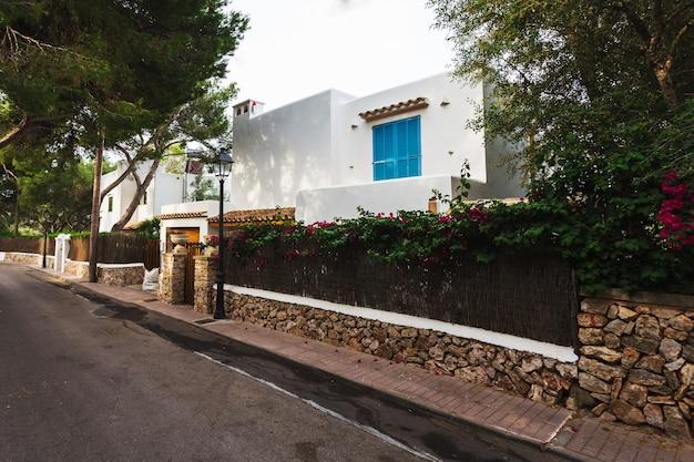 Oude witte traditionele villa in cala d'or, mallorca