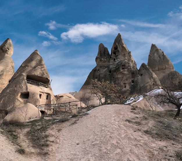 Oude woningen uitgehold in vulkanisch gesteente in cappadocië, turkije.