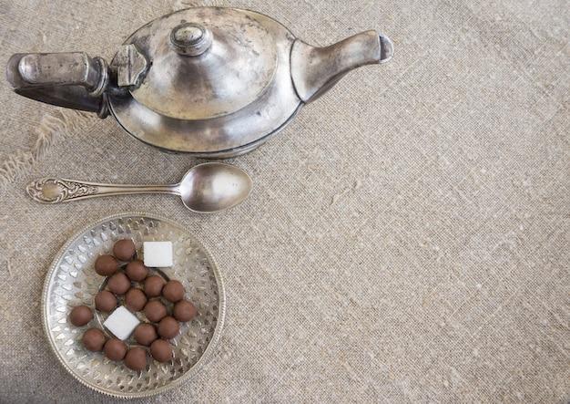 Oude zilveren theepot