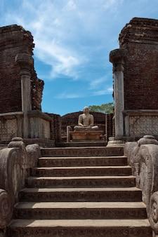 Oude zittende boeddha beeld