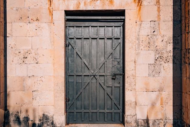 Oude zwarte deuren