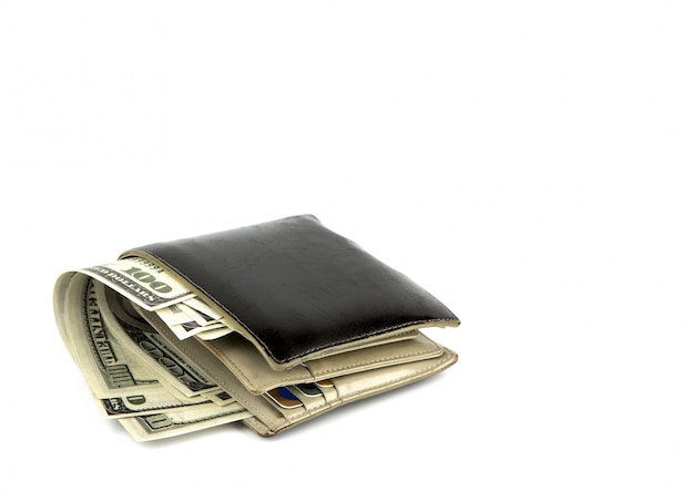 Oude zwarte portemonnee met dollar op een witte achtergrond
