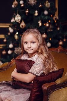 Oudejaarsavond. kerstavond. gezellige vakantie aan de dennenboom met lichtjes en gouden decor.