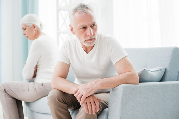 Ouder echtpaar boos op elkaar