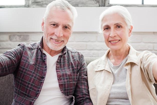 Ouder echtpaar dat een selfie maakt